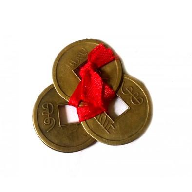 Trei monede snur rosu